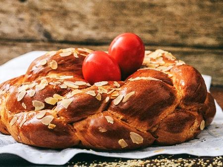 Гръцки Великденски козунак с мастика и боядисани сварени яйца - снимка на рецептата